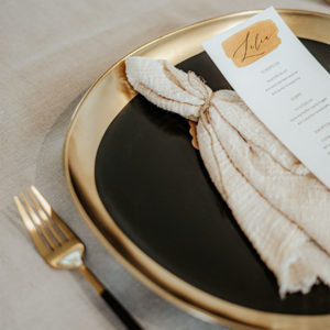 Speiseteller in Gold und Schwarz zu mieten für Hochzeiten & Events in Freiburg