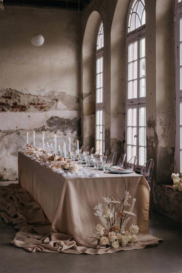 Bodenlange Polyester Tischdecke in Beige mieten für Hochzeiten & Events
