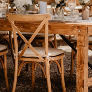 Cross Back Chairs in Holzoptik im Eventverleih mieten in Freiburg, NRW und der Schweiz - Besonders für Outdoor-Hochzeiten geeignet