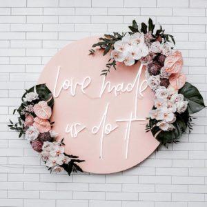 Neon Schriftzug Love made us do it online mieten und per Versand erhalten