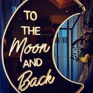 Neon Schriftzug To the moon and back online mieten und per Versand erhalten